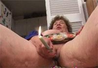 Alte Cellulites Oma mit brennender Kerze ficken Wichsfilm