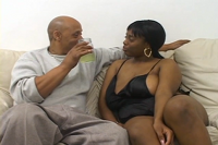 Schwarze reife Frau wird gefickt