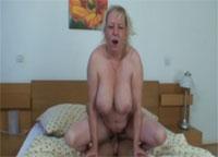 Grossmutter mit Hängebrust im Bad gefilmt Omafick