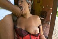 Black Granny bläst und fickt