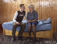 Oma fickt mit ihrem Enkel