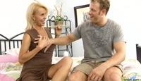 Blonde Granny verfährt jungen Kerl im Grannyporno