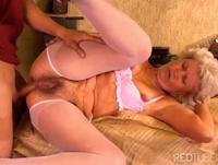 Granny in der Werkstatt anal gefickt