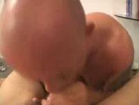 Alter Kerl saugt den Schwanz des Jünglings