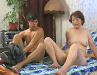 Oma verführt ihren jungen Nachbarn im Sexfilm