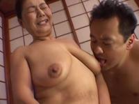 Fette asiatische Oma wird von ihrem Lover gefickt
