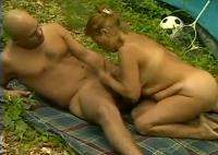 Alte Oma fickt jungen Lover beim Zelten