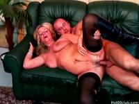 Alte Granny fickt mit Lover auf der Couch