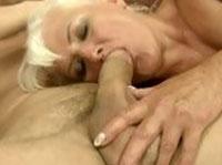 Unterversorgte sexgeile Nuttenoma befriedigt harten Schwanz
