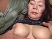 Asiatische Amateur Granny mit Sextoy verwöhnt