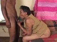 Fette schwarze Oma fickt jungen Macker