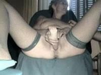 Notgeile Oma besorgt es sich vor der Webcam