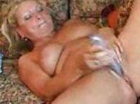Notgeile Rentnerin beim Dildofick
