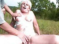 Oma abgeschleppt und im Freien arschgefickt