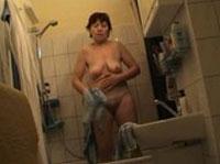 Russische Granny beim Duschen bespannt