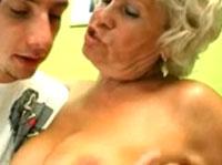 Junger Stecher reißt Oma auf