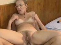 Hängetitten Oma liebt Analsex