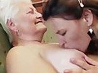 Junges Mädchen verführt reife GILF