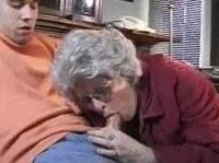 Notgeile Oma steht auf junges Sperma im Maul