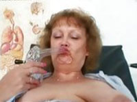 Reife Krankenschwester und BBW masturbiert