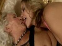 Junge Lesbe verführt eine haarige Omi