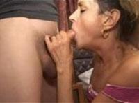 Notgeile Hausfrau bläst einen knackigen Schwanz