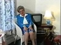 Mollige Rentnerin masturbiert im Vintage Porno