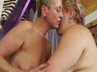 Dicke alte Lesben reiben ihre Fotzen aneinander