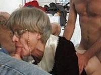 Graue Granny genießt harten Gangbang