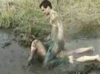 Schmutziger Outdoor Sex im Schlamm mit vollbusiger MILF