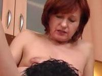 Scharfe Oma beim Oralsex und Schwanzreiten in der Küche