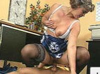 Reife Lady fickt jungen Stecher im Büro