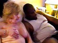 Zwei dicke Omis gönnen sich einen Interracial Threesome