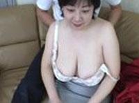 Reife japanische Hausfrau beim Tittenfick