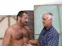 Alter Chameur lutscht einen jungen Schwanz im Schwulensexfilm