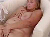 Fette Oma besorgt es sich Solo