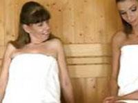 Geile Omi in der Sauna gefistet