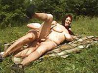 Versaute Rubensfrau hurt auf der Wiese herum