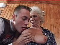Notgeile Oma zeigt ihr Talent beim Schwanzlutschen