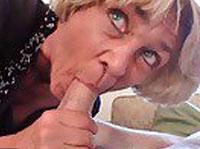 Blonde Granny genießt einen tiefen Arschfick
