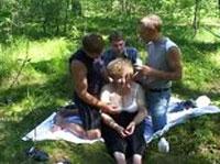 Drei Kerle ficken eine Oma im Wald