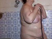 Dick Oma masturbiert unter der Dusche