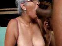 Geile Oma beim blasen