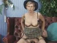 Reife Schlampe mit Hut wird anal penetriert