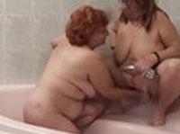 Dicke alte Lesben beim Sex in der Dusche