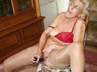 Alte Oma in Strapse beim Dildofick