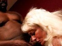 Alte Blondine beim Schwanzlutschen