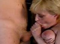 Pralle Oma beim Schwanzlutschen erwischt