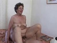 Oma mit haariger Fotze in den Arsch gefickt