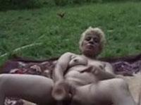 Blonde Oma beim Dildofick im Freien